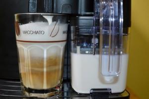 Perfekter Latte Macchiato per Knopfdruck.